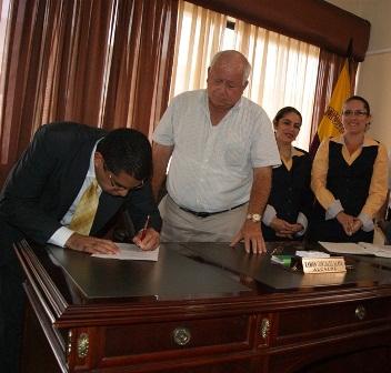 ALCALDE DEL CANTÓN BOLÍVAR, POSESIONÓ A REGISTRADOR DE LA PROPIEDAD.